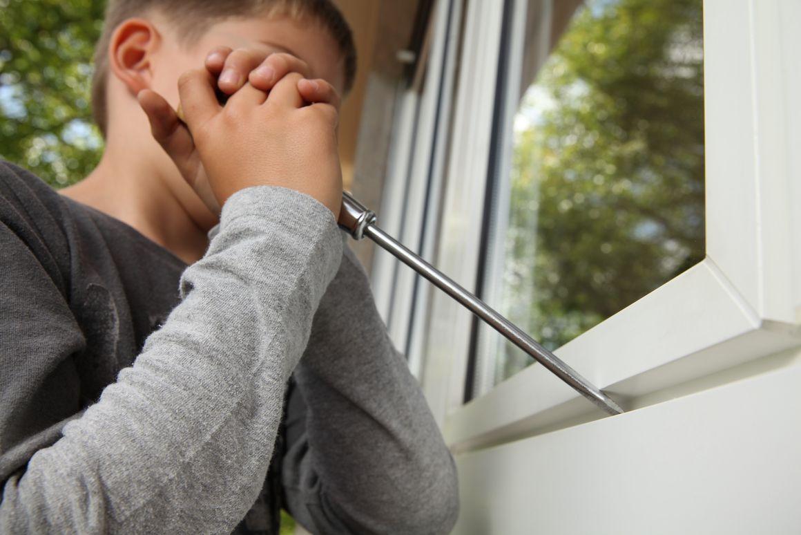 Kind / Jugendlicher Fenster aufhebeln